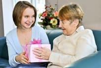 Что подарить бабушке на 8 Марта: 10 идей